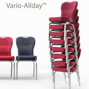 כסאות נערמים